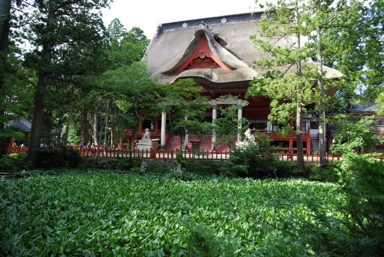 出羽三山神社三神合祭殿と鏡池