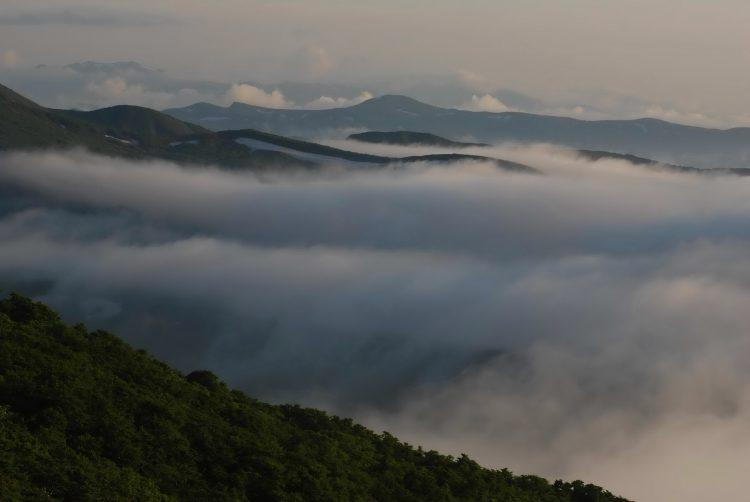 雲の峰が迫る月山の夕暮れ